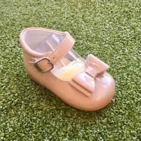 Andanines soft patent leather girls high-backed camel bow front buckle shoe