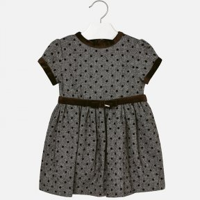 Short sleeved dress with contrasting velvet details. Round neck collar. This dress has a gathered and flared effect from the chest and an invisible zip on the back. It is made from soft touch fabric. Removable velvet belt at the waist. Polka dot print. 49