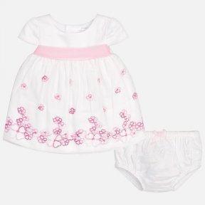 Two-piece baby girl set made up of a dress with matching knickers. Short sleeved dress. Round neckline. Zip fastening on the back. Fully lined. Pretty embroidery to the hem and a decorative ribbon on the waist. Patterned design. The Knickers have an elast